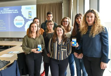 Les étudiantes et leurs partenaires présentent leur appli Tanlib