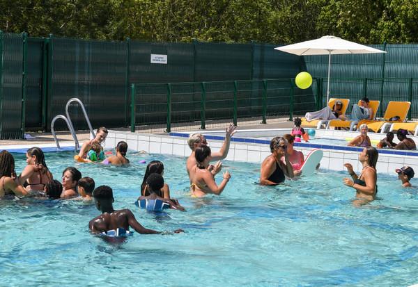 Les utilisateurs de la piscine de la Garette profitent de la piscine pour se baigner et se detendre