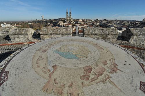 Donjon de Niort, table d'orientation sur la terrasse
