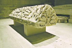 Musée du Donjon, pierre tombale de Javarzay