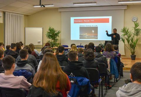 Une conférence sur la Smart City devant les élèves participant au Niort Numeric Challenge 2019