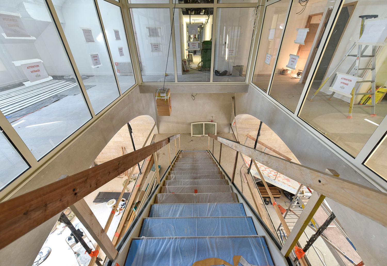 Hall d'accueil du 1er étage, avec l'escalier qui mène à l'entresol ©Bruno Derbord