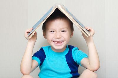Un enfant avec un livre sur la tête
