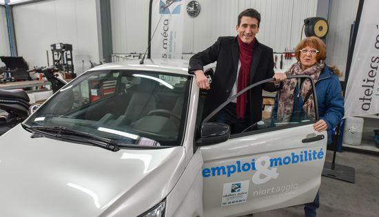 Jérôme Baloge, Président de Niort Agglo, et Marie-Annick Seys, Présidente de la structure d'insertion AIVE, devant l'une des voitures sans permis