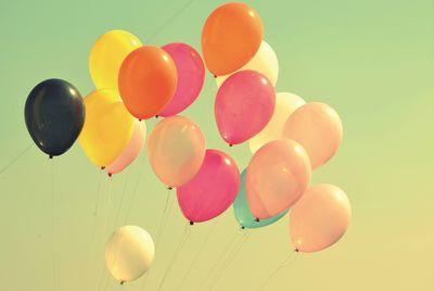 Ballons s'envolant dans le ciel