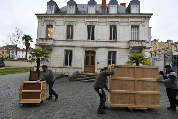 Arrivée des oeuvres pour l'exposition Bernard d'Agesci ©Darri