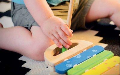 Un enfant joue avec un xylophone
