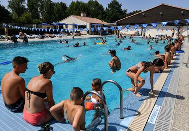 Des utilisateurs dans la piscine de Magné