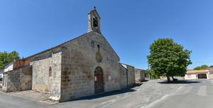 L'église de Juscorps a vécu plusieurs vies. Construite au XIIe siècle, elle a été en partie détruite lors des guerres de religion, puis restaurée au XVIIIe siècle. Lors de la Révolution française, elle est mise en vente comme bien national. Un Niortais l'acquiert et la transforme en grange pour sa ferme. En 1837, la commune rachète une partie de la propriété afin de lui redonner sa destination cultuelle. C'est l'architecte M. Chapelain qui réalise les travaux de réhabilitation de l'édifice. Neuf ans plus tard, la première célébration y est donnée. Le clocheton quant à lui ne sera construit qu'en 1856. De l'édifice primitif, il reste un chapiteau roman représentant deux dragons dévorant leur queue. Aujourd'hui, l'église est toujours entourée de bâtiments agricoles.