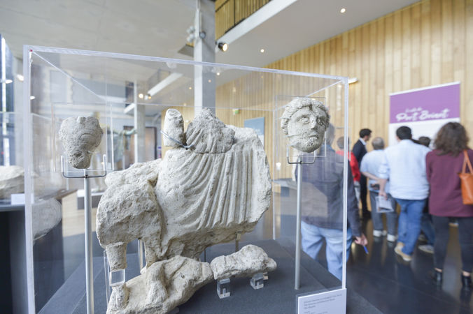 Présentation des sculptures découvertes à Port Bonot ©Darri