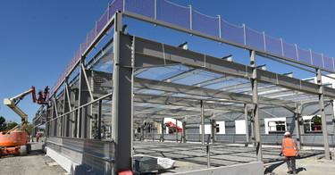 La structure métallique du bâtiment de production