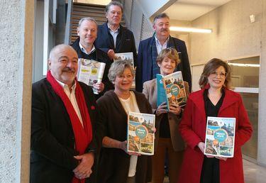 Des membres de l'association Retraite heureuse, des élus de l'Agglo et de la Ville de Niort et le directeur de Transdev présentent le guide