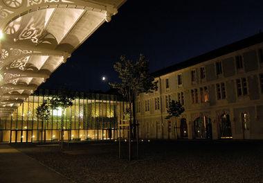Musée Bernard d'Agesci, la cour intérieure de nuit