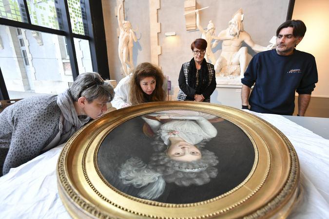 Déballage et examen des oeuvres prêtées par un collectionneur de Lons-le-Saunier (Jura) pour l'exposition Bernard d'Agesci ©Darri